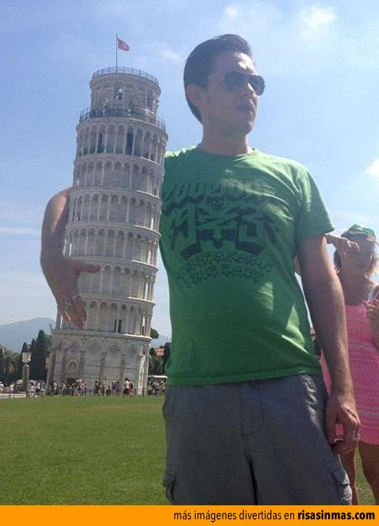 Abrazado a la Torre de Pisa