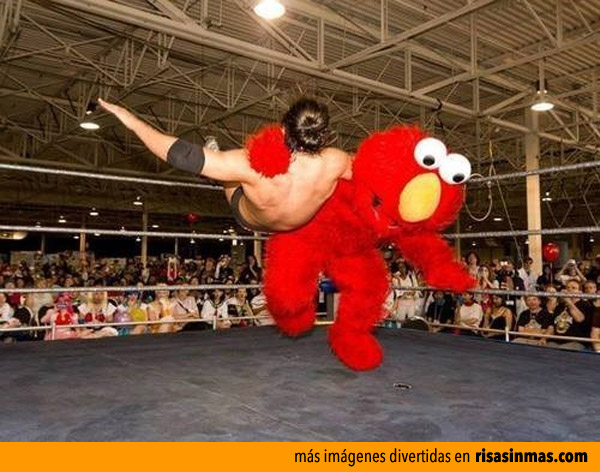 Elmo combatiendo