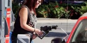 El complicado arte de echar gasolina