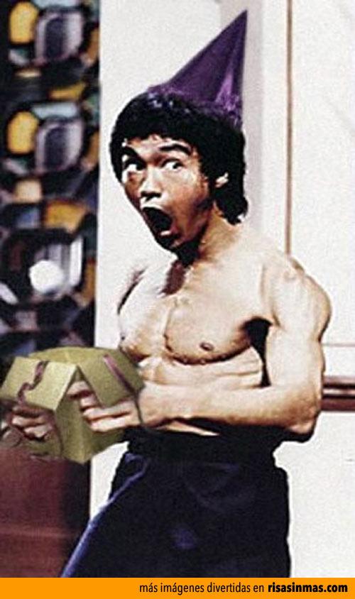 Bruce Lee abre su regalo de cumpleaños