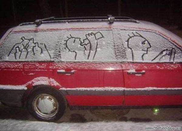 Divertidos dibujos en un coche nevado