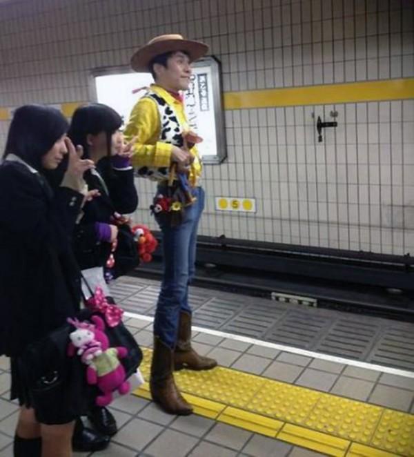 El sheriff Woody en el metro