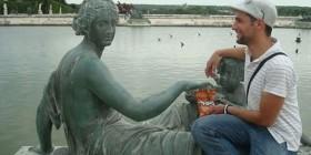 Estatua comiendo patatas