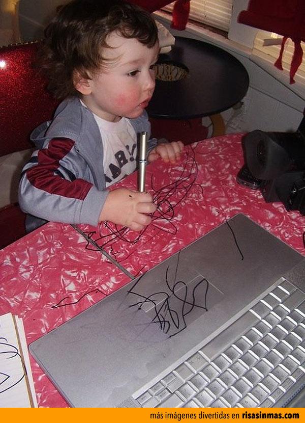 Mi hijo usando el portátil