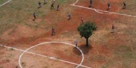 ¿Ves algo raro en este campo de fútbol?