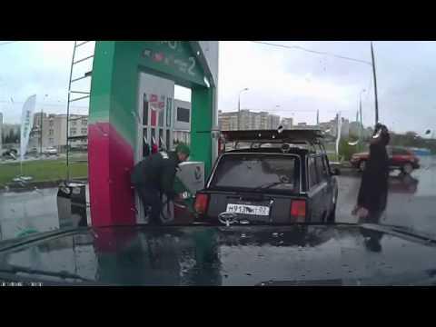 Echando gasolina en Rusia