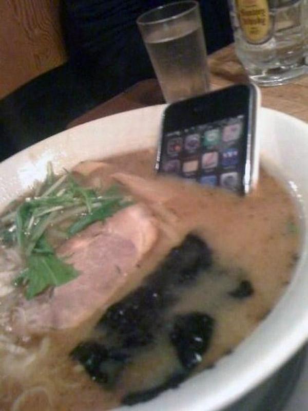 Lo último en gastronomía: sopa de iPhone