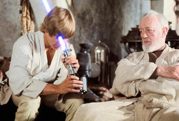 Luke Skywalker jugando con el sable de luz