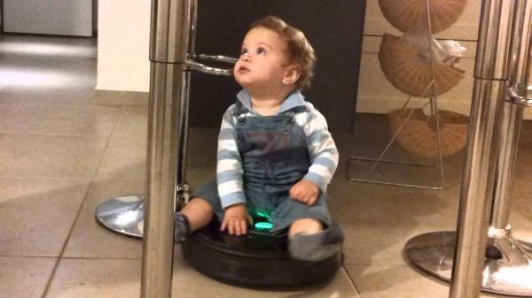 Bebés montados en Roombas