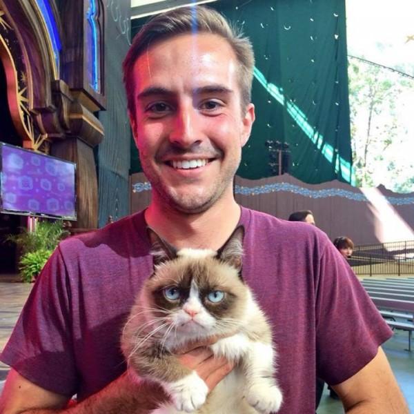 El chico ridiculamente fotogénico y grumpy cat juntos