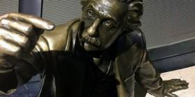 Ni las estatuas pueden resistirse