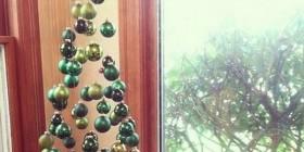 Árbol de navidad con bolas suspendidas