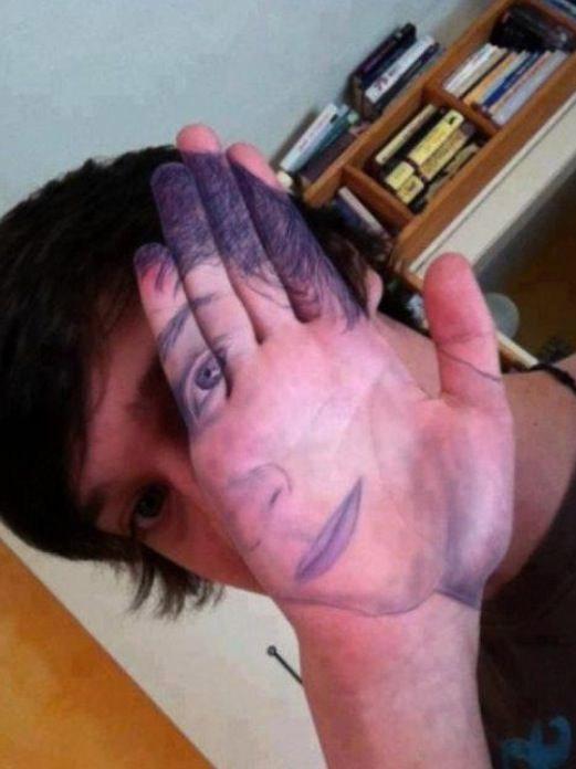 Autorretrato en la mano
