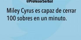 Miley Cyrus cerrando sobres