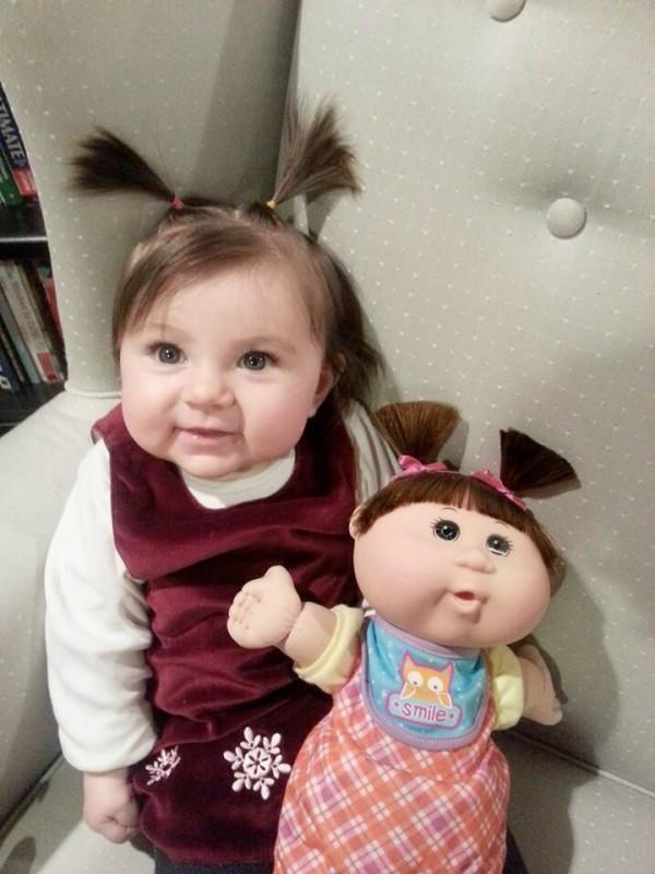 Parecidos razonables: niña y muñeca