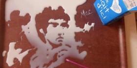 Bruce Lee dibujado con leche
