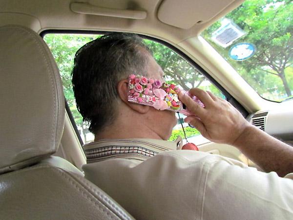 Cuando un padre usa el móvil de su hija
