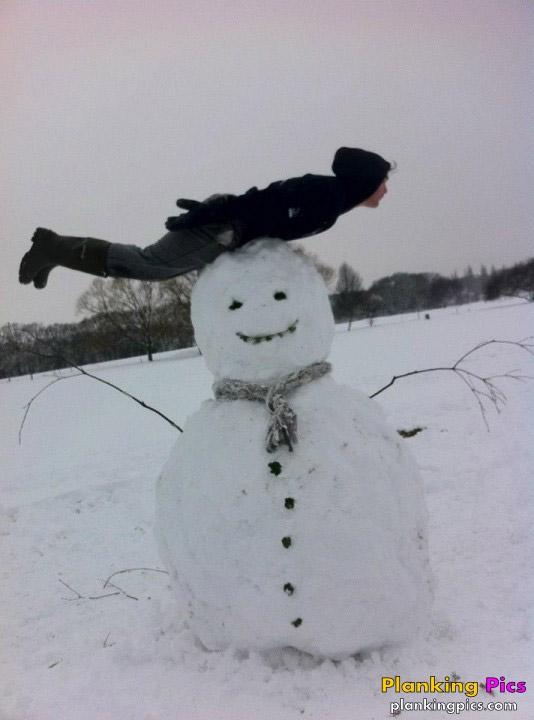 Planking sobre un muñeco de nieve