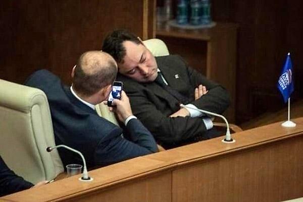 Políticos haciendo su trabajo