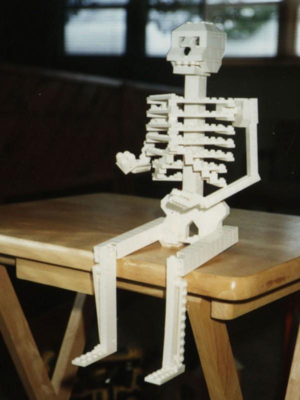 Esqueleto hecho con LEGO