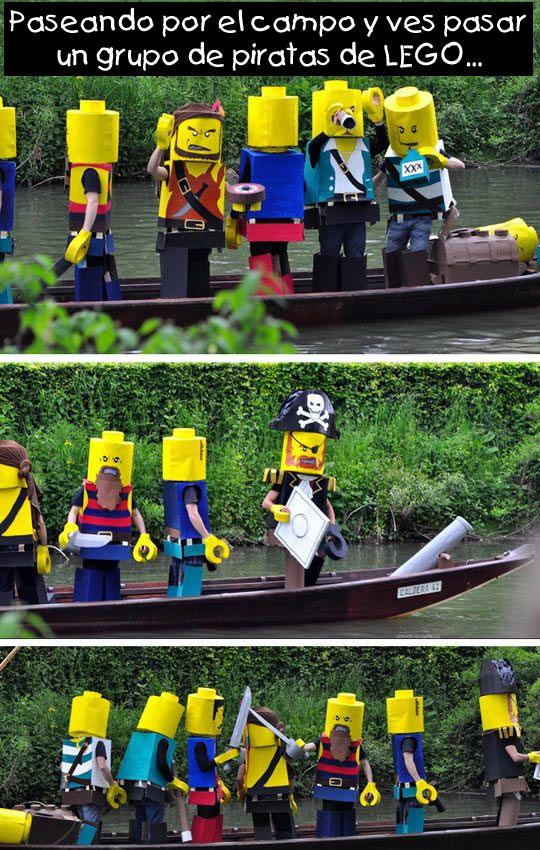 Piratas de LEGO navegando