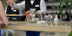 Ilusión óptica en la barra del bar