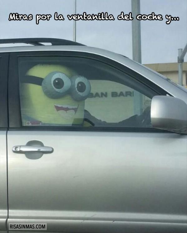 Miras por la ventanilla del coche y...