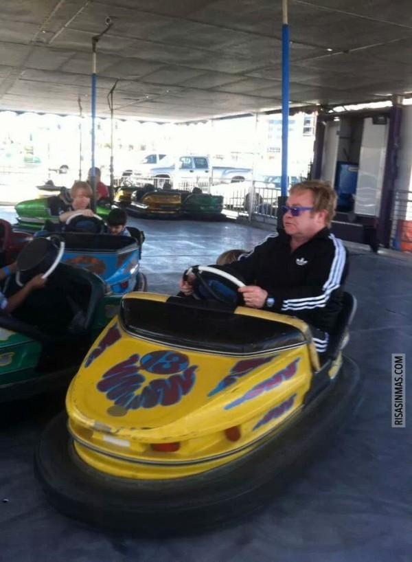 Elton John divirtiéndose