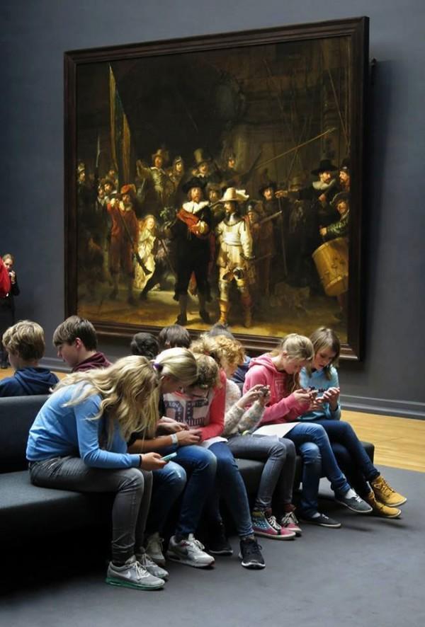 Adolescentes en el museo
